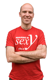 Thijs Goverde met rood t-shirt met de tekst: Reading is Sexy